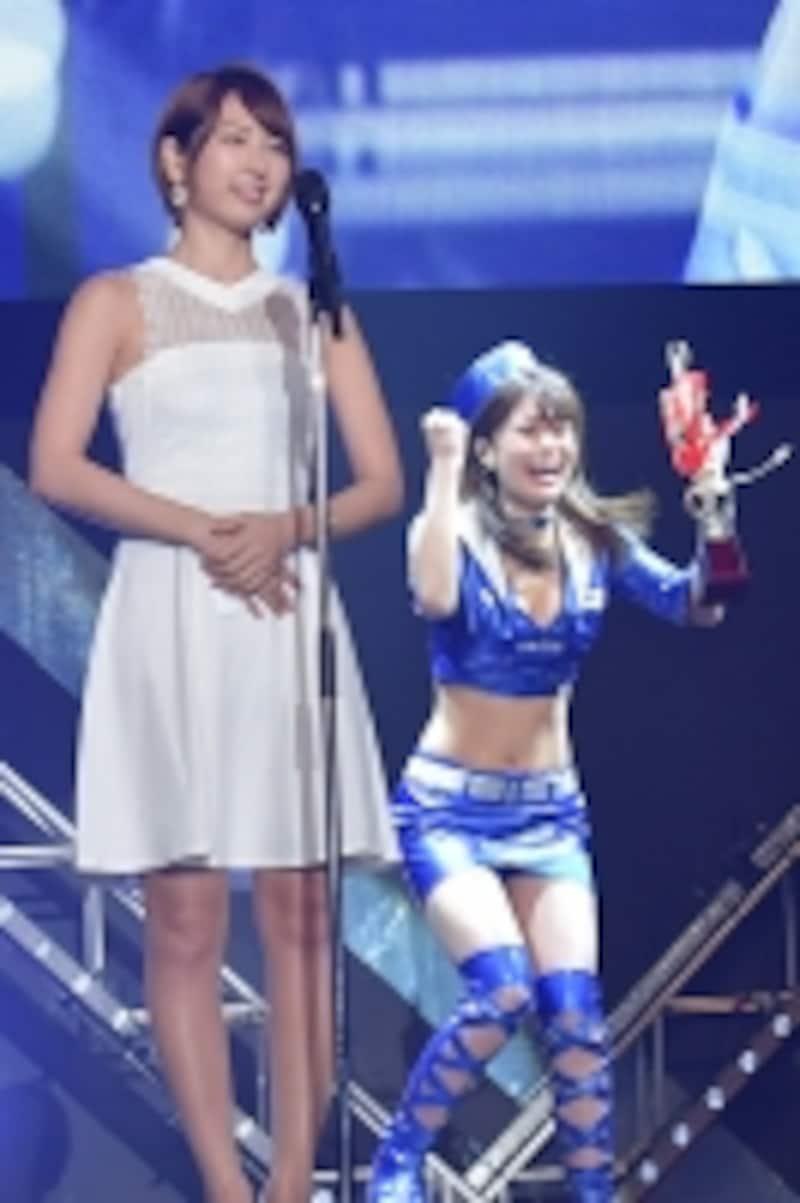 受賞の瞬間、嬉しさのあまりガッツポーズをする阿久津真央さん