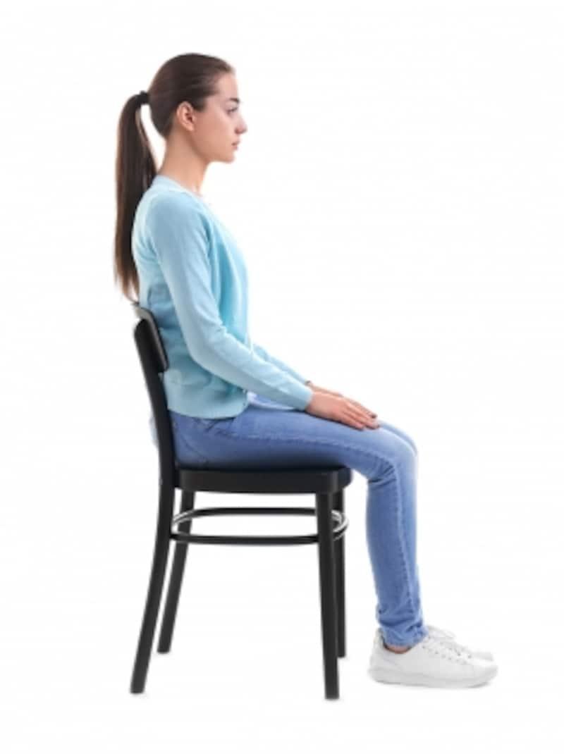 脚を組むことが良くないことだと理解できても、正しい座り方を知らないと対処に困ってしまいます。こちらでは「正しい座り方」についてご紹介します。