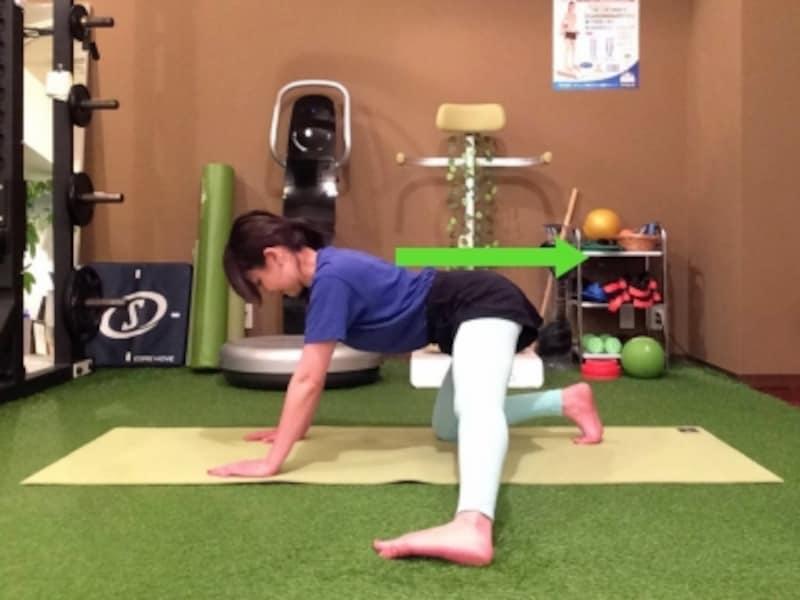 動作3undefined腰を反った姿勢を保ちお尻を後方へ引いていく。