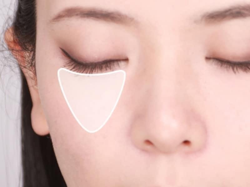 目の下~頬の高い部分は明るく、厚みもつける