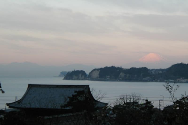 稲村ヶ崎の向こうに、富士山が姿を見せることも