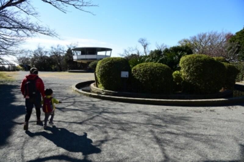 披露山公園。展望台、猿舎、円形花壇は、太平洋戦争時の高射砲砲座の跡を利用したもの。