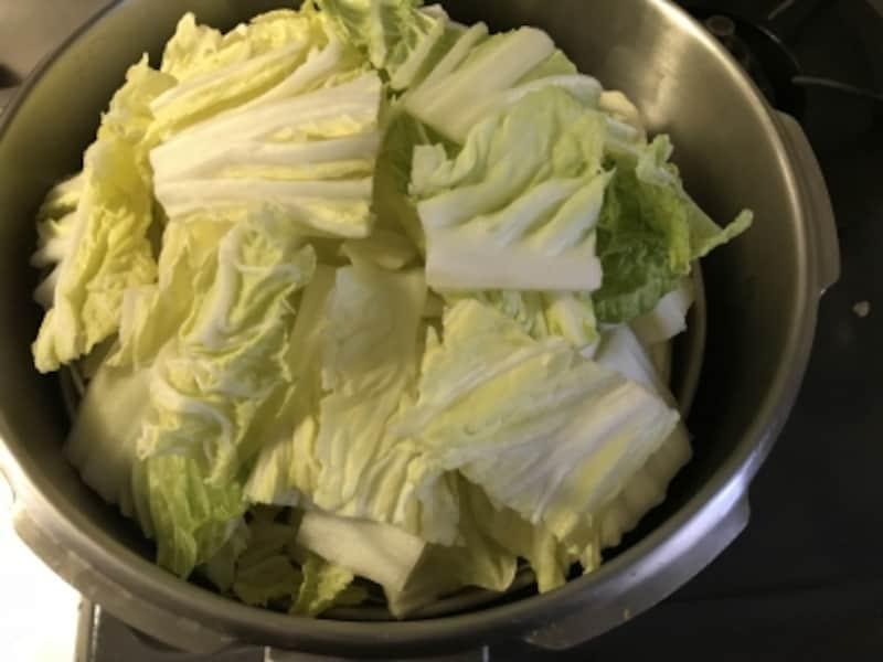スチームトレイをセットして、水を注ぎ、野菜をのせます。