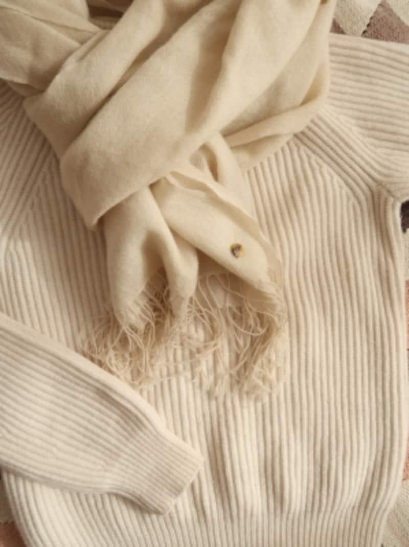 どんな色のトップスにも合う冬素材の白ストールは、万能!