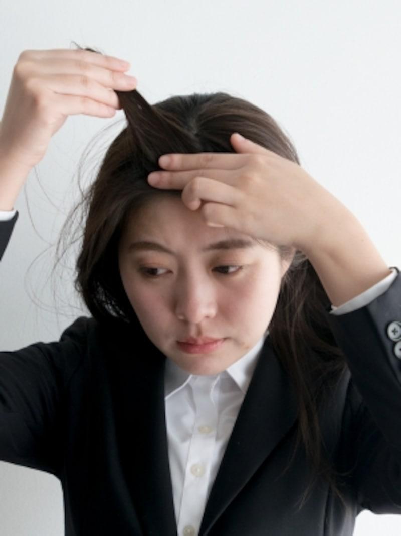 ハードワックスを少量取り、前髪の内側につける