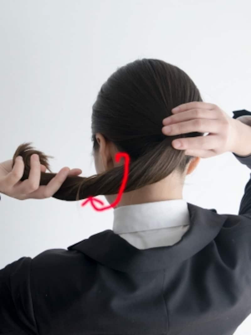 毛束にワックスをつけてからねじることで、就活用のお団子の髪型が崩れにくくなる