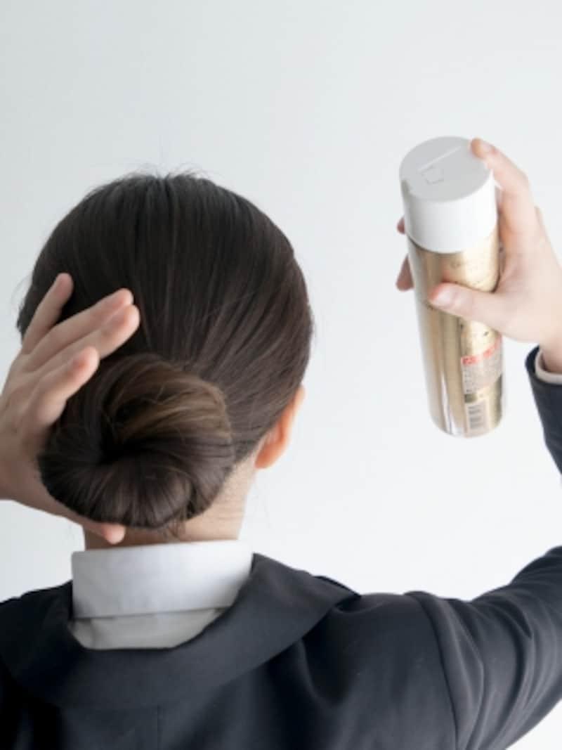 お団子の下側にもハードスプレーをかけて、就活の髪型が崩れないようにする