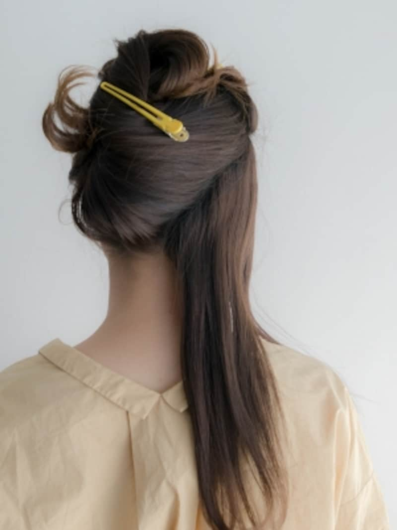 右サイドから斜めに髪を分ける