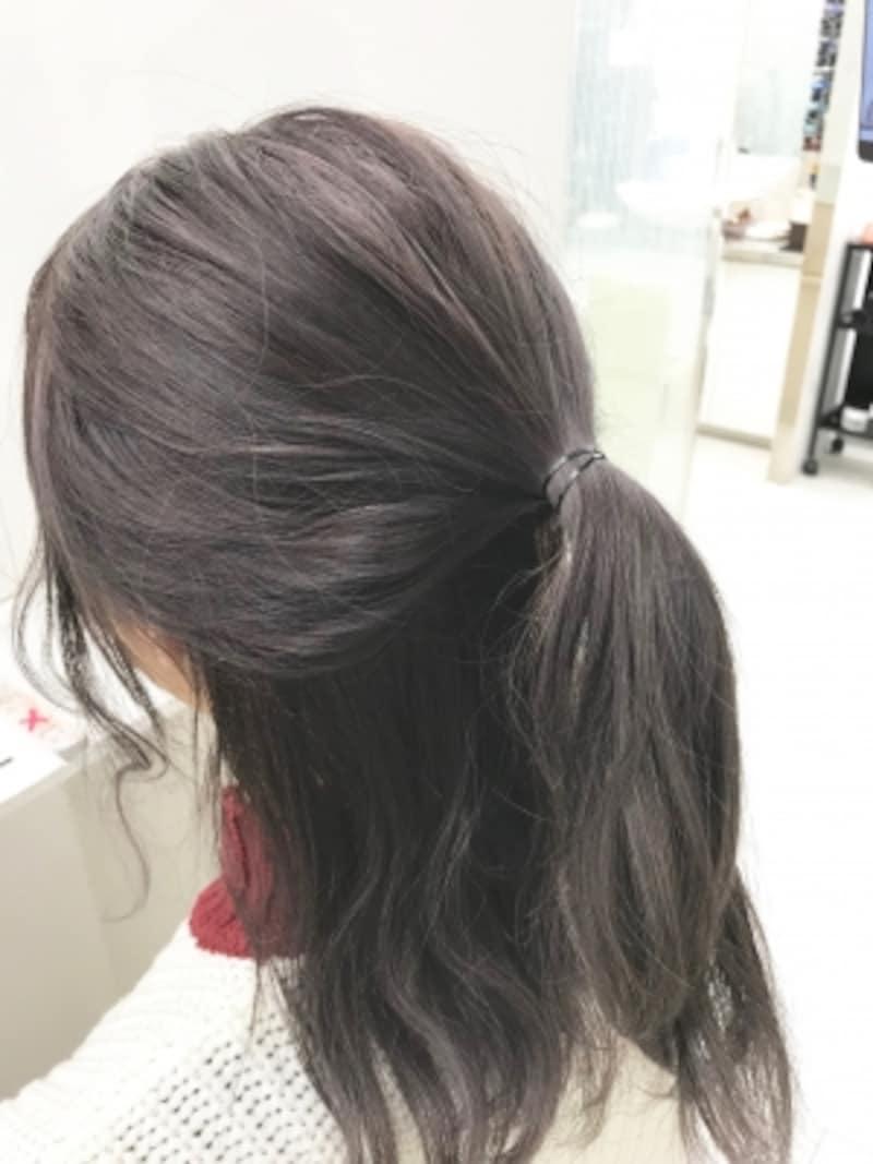 耳上の髪をざっくり一つに結ぶ