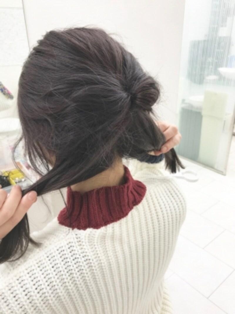 上の毛束と一緒に下の髪を2等分する