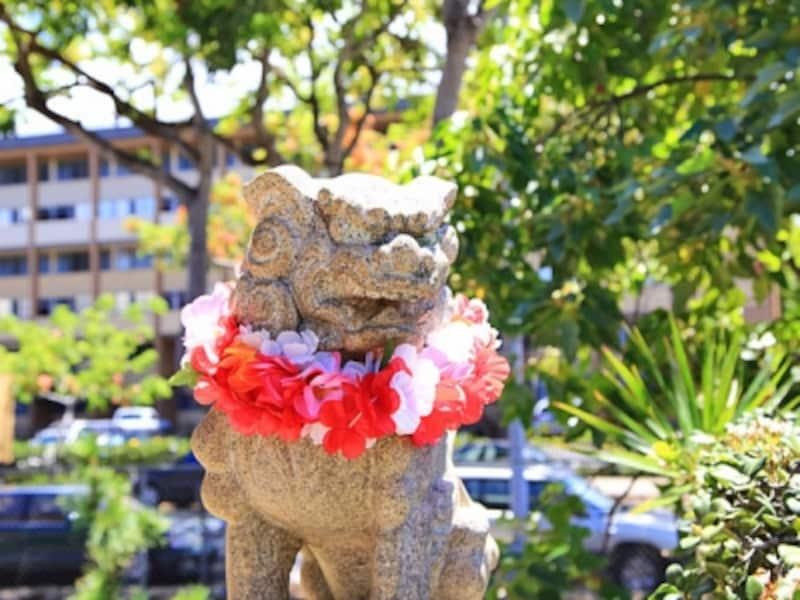 レイがかけられた狛犬。日本とハワイの文化や風習が交じる不思議な雰囲気も人気のひとつ