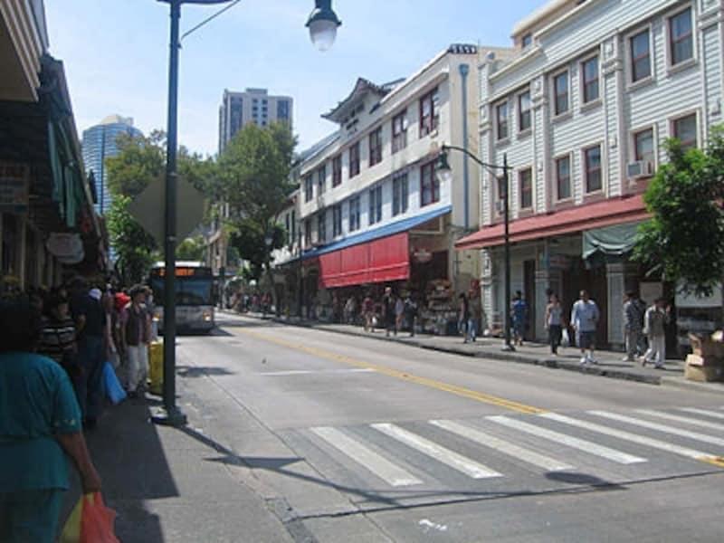 チャイナタウンのバス通りの様子