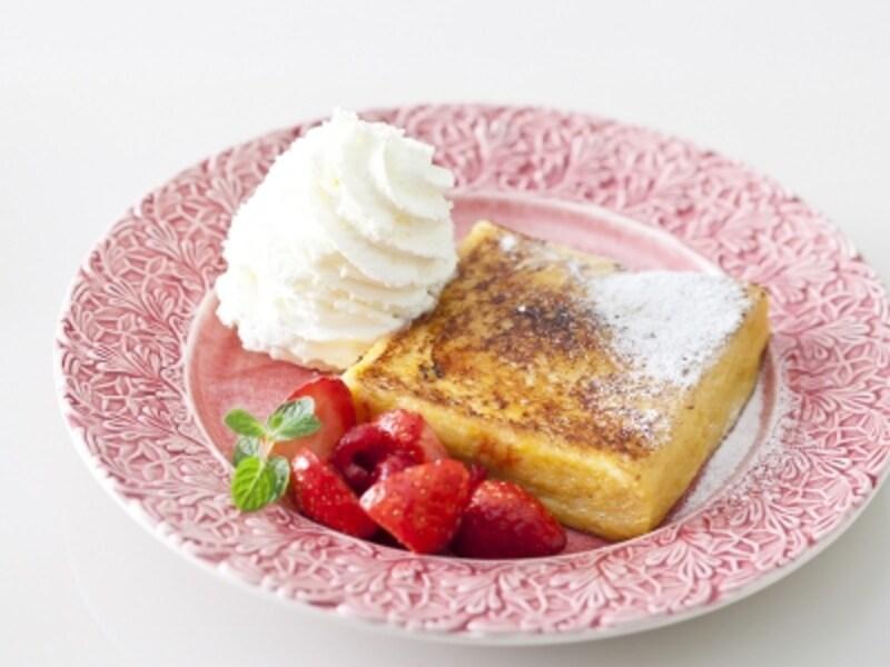 「フレンチトーストカフェメニュー」は「ベリー(画像)」「キャラメルバナナ」「フリュイセゾン」の3種類。いずれも1120円(税込)(画像提供:パティスリーパブロフ)