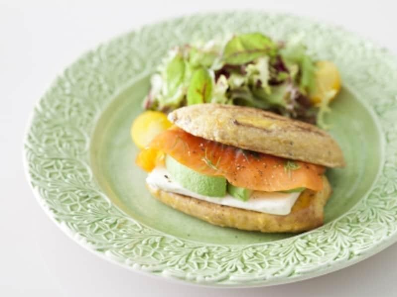 「フレンチトーストサレメニュー」はお食事系のフレンチトースト。「生ハムモッツァレラ(1222円)」「アボカドサーモン(画像、1324円)」の2種類(画像提供:パティスリーパブロフ)