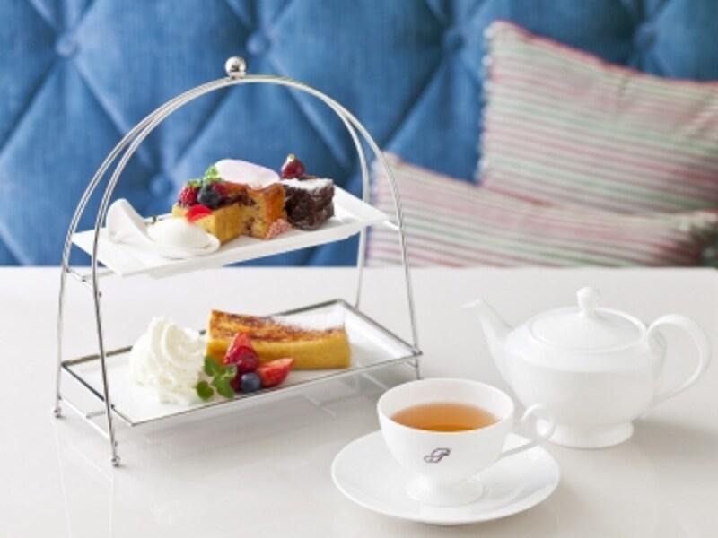 パウンドケーキもフレンチトーストも両方食べたいという方には、セットがおすすめ。「フレンチ&ケーキセット(1680円税込)」は、本日のパウンドケーキ(甘いパウンドケーキ)3種、ハーフサイズフレンチトースト(ベリーとバニラアイス添え)、好きなドリンク1種がセットに(画像提供:パティスリーパブロフ)