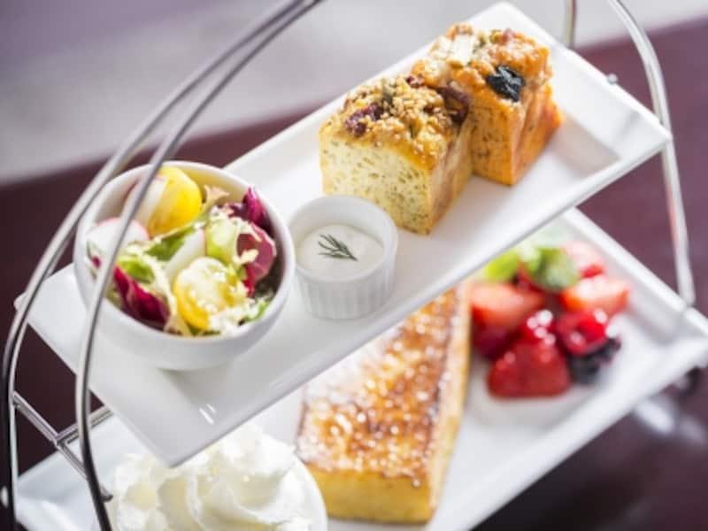 「フレンチ&サレセット(1680円税込)」は、甘くないパウンドケーキ「ケーク・サレ2種」とプチサラダ、ハーフサイズフレンチトースト(ベリーとバニラアイス添え)、好きなドリンク1種がセットになっています(画像提供:パティスリーパブロフ)