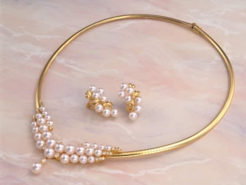 スプリングタイプに似合うパールのネックレスとイヤリング,ゴールド,キラキラ