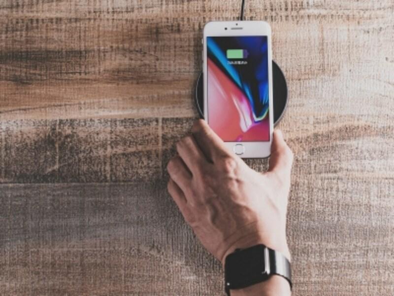 iPhone8/8Plus、iPhoneXで使えるQi規格準拠のワイヤレス充電器のイメージ。