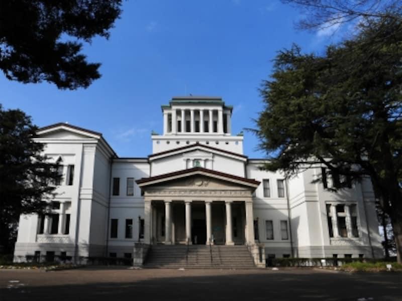 大倉山公園内にある洋館「大倉山記念館」は、1932(昭和7)年に建設され、現在は横浜市民の文化施設として利用されています。プレ・ヘレニズム様式と呼ばれるギリシャ神殿風の建物で、正面の円柱が特徴的。ドラマなどロケ地としても活用されています。館内は、ホール、集会室、ギャラリーや、併設されている大倉精神文化研究所の図書館や閲覧室などがあり、ロビーは誰でも利用可能(2018年1月29日撮影)