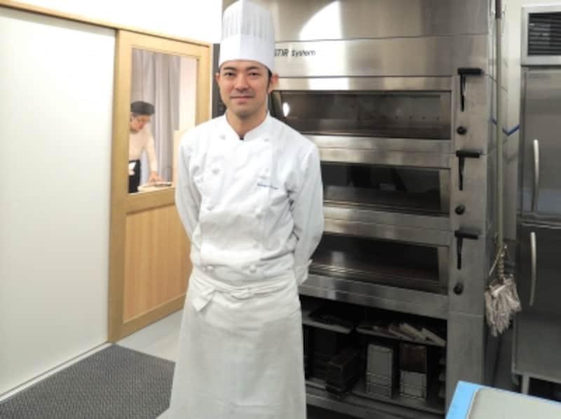 白のコックコートが似合う大橋哲雄さん