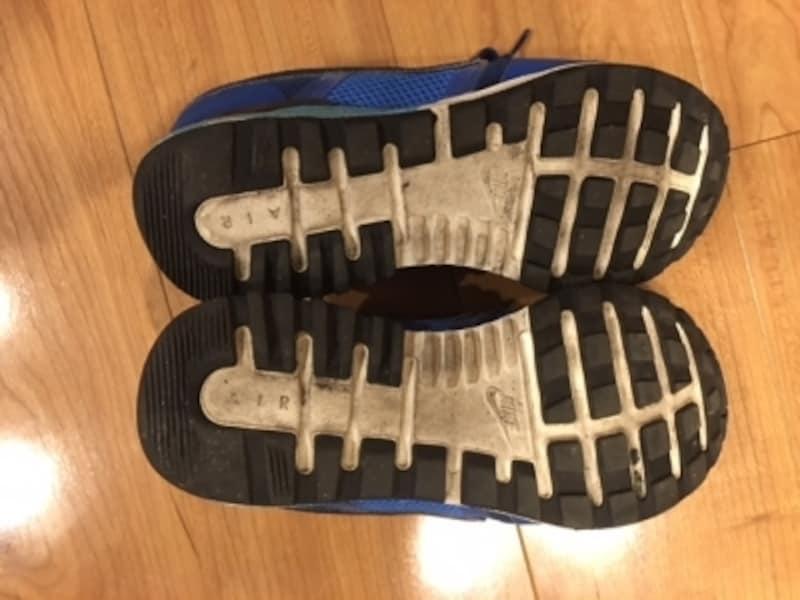 スニーカーの靴底も汚れています。