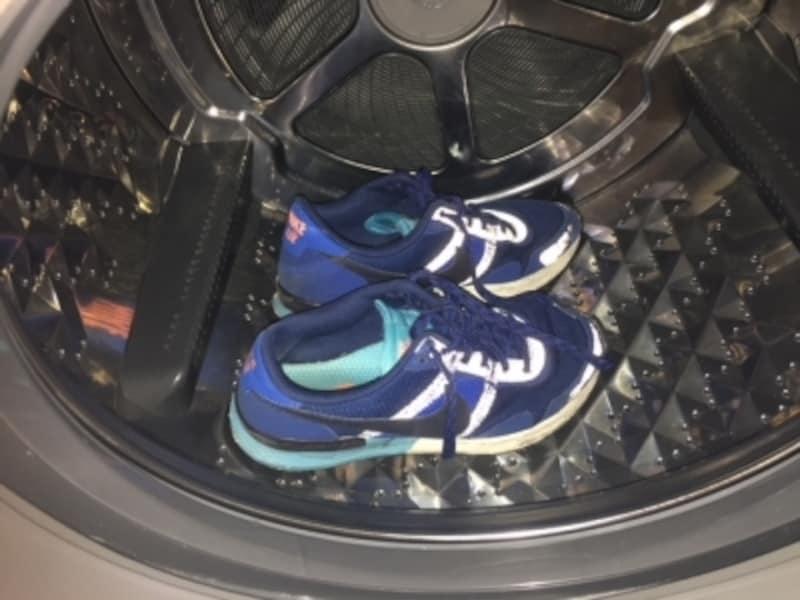 靴ひもをほどいて、洗濯機の中に入れます。