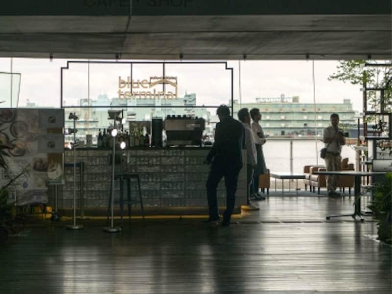 横浜港大さん橋国際客船ターミナル内にオープンした「cafe&diningblueterminal(カフェアンドダイニングブルーターミナル)(2017年5月24日撮影)