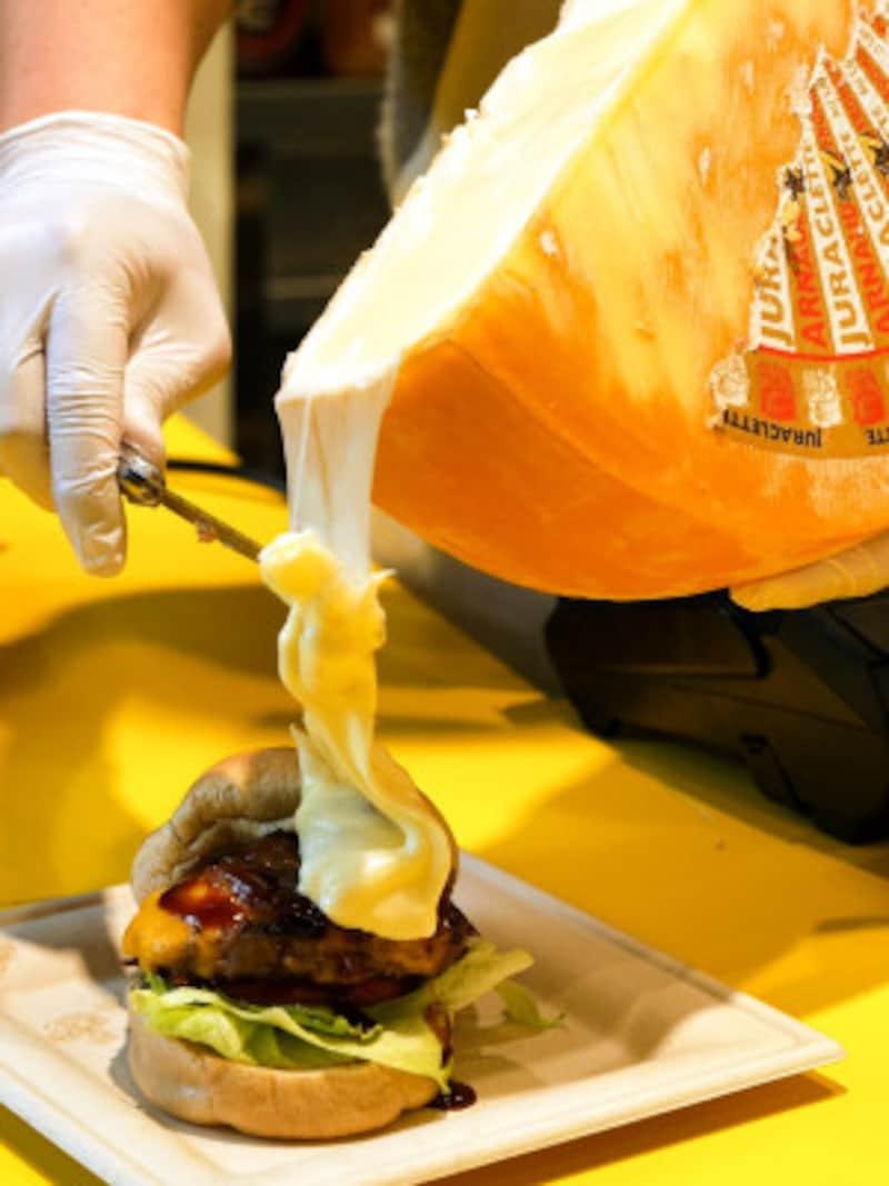 トロトロなラクレットチーズをたっぷりかける「NYCラクレットチーズフォール(+800円)」(2019年3月13日撮影)