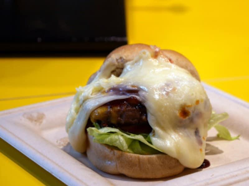 「D.G.M(だいごみ)チーズバーガー(1100円)」にプラス料金でラクレットチーズをトッピング(2019年3月13日撮影)