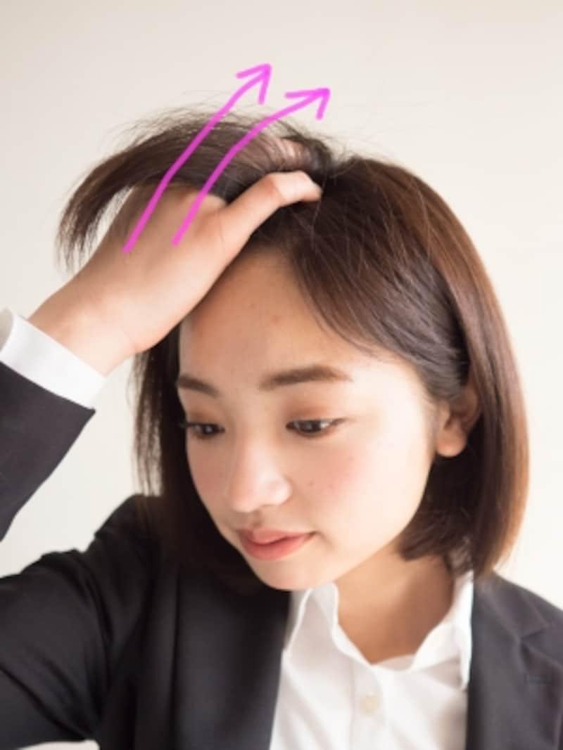 前髪を根元からしっかりかき上げる