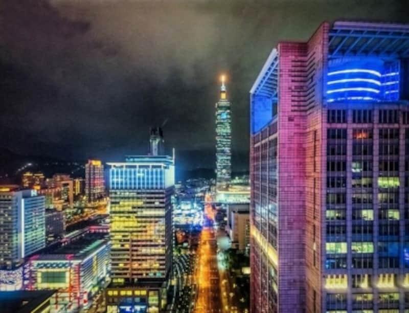 カラフルな光にあふれる台北中心街undefinedPhotobyMarkLehmkuhler