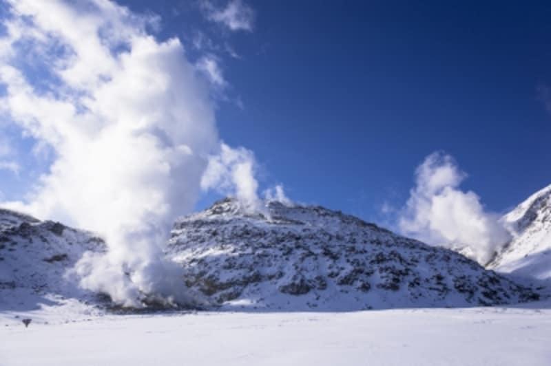 厳冬期の硫黄島。活発な火山活動が見られる