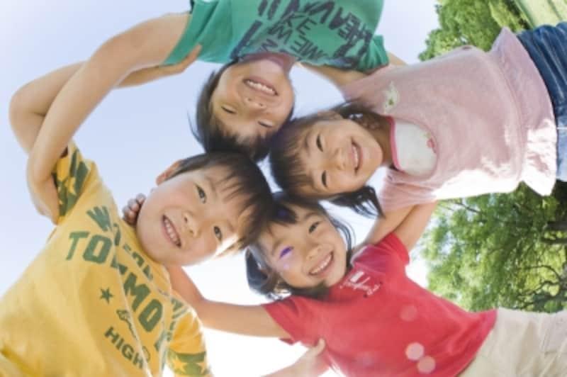 子ども4人が笑顔で円陣を組む