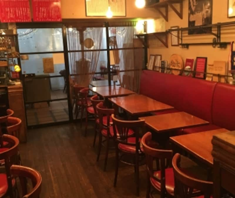 赤のソファとアートがアクセントになった店内