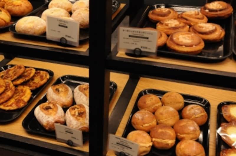 さまざまなお店のパンが隣り合わせに並ぶ風景も
