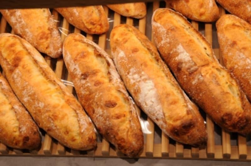 フランス小麦を使った安倍さんのバゲット・ドゥ・フロマージュはグリュイエールチーズ、マリボーチーズ入り(394円)