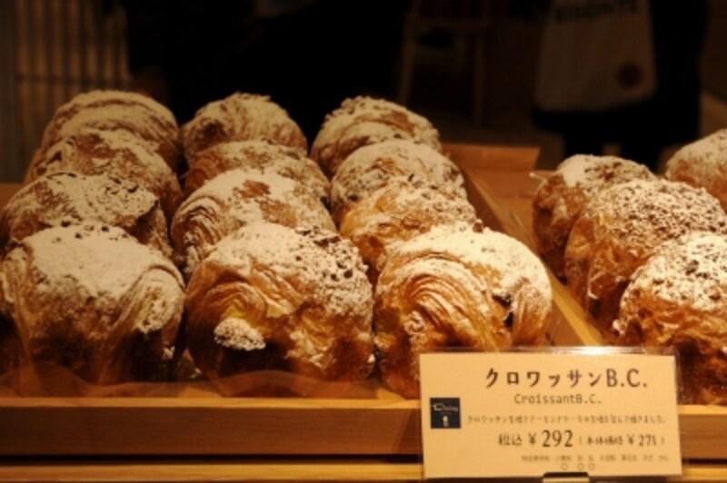 クロワッサンB.C.のBはバター、Cはクッキー・ケーキ。クロワッサン生地でケーキを包んだデイジイの人気ナンバー1の菓子パン(292円)