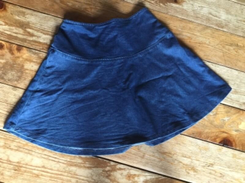 スカートを床において撮影