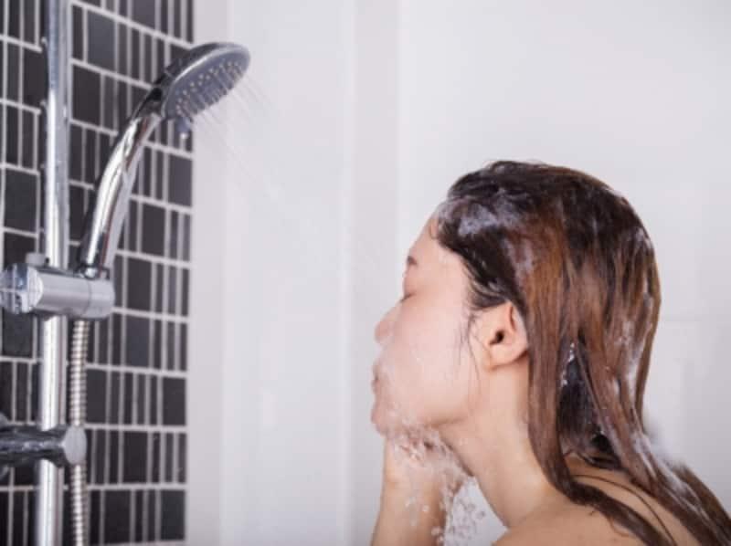 シャワーで顔を洗っていませんか?