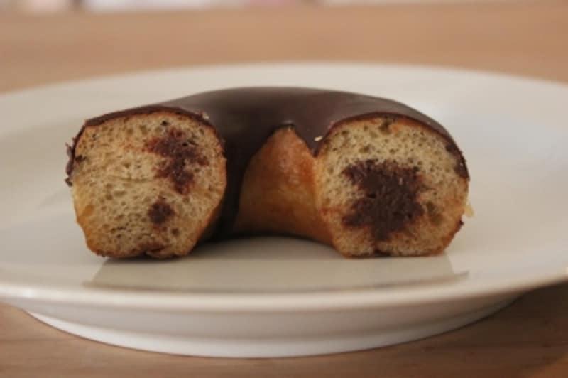 スタバ「チョコレートクリームドーナツ」の断面