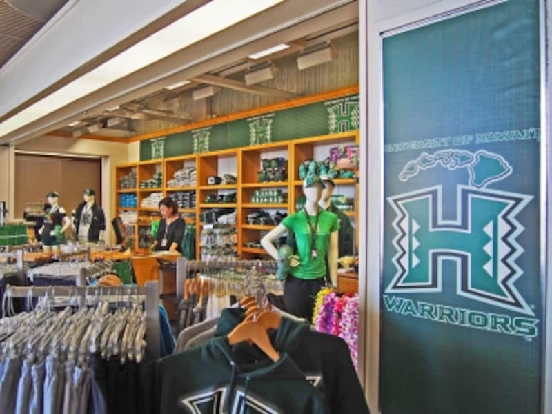 空港内の「ウォリアーズ・ショップ」。ウォリアーズ(戦士)とはハワイ大学のフットボール、バスケットボールのチーム名