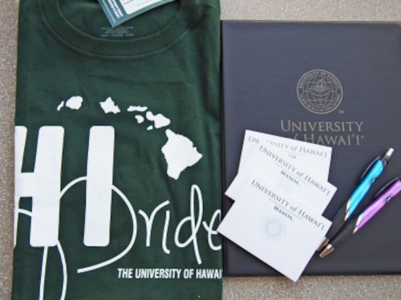 数あるハワイ大学Tシャツのなかでも特別な1枚がプライドTシャツ(画像左)