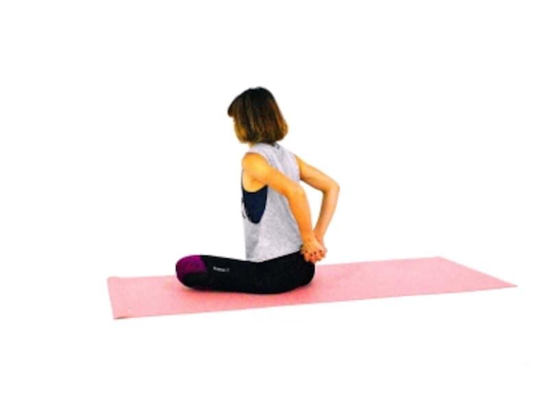 肩・首のパヴァナムクタ・アーサナ1undefined両手を腰に回し手を組みます
