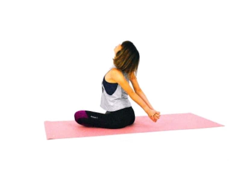 肩・首のパヴァナムクタ・アーサナ2undefined両腕を伸ばし肩甲骨を背骨に引き寄せ、胸を開きます。目線を上に向け胸、喉を伸ばします。