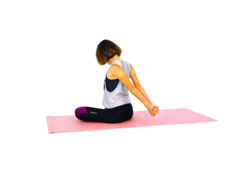 肩・首のパヴァナムクタ・アーサナ3undefinedあごをゆっくり引きながら、首の後ろから肩をほぐします。
