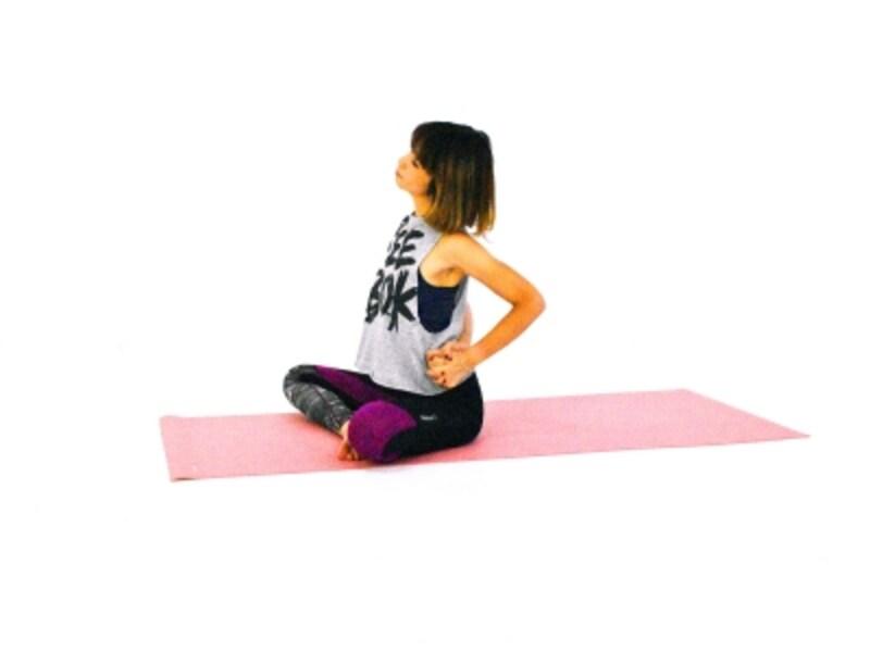 肩・首のパヴァナムクタ・アーサナ4undefined組んだ手を左腰に添え、ゆっくり頭を左側に倒し首筋をほぐします。