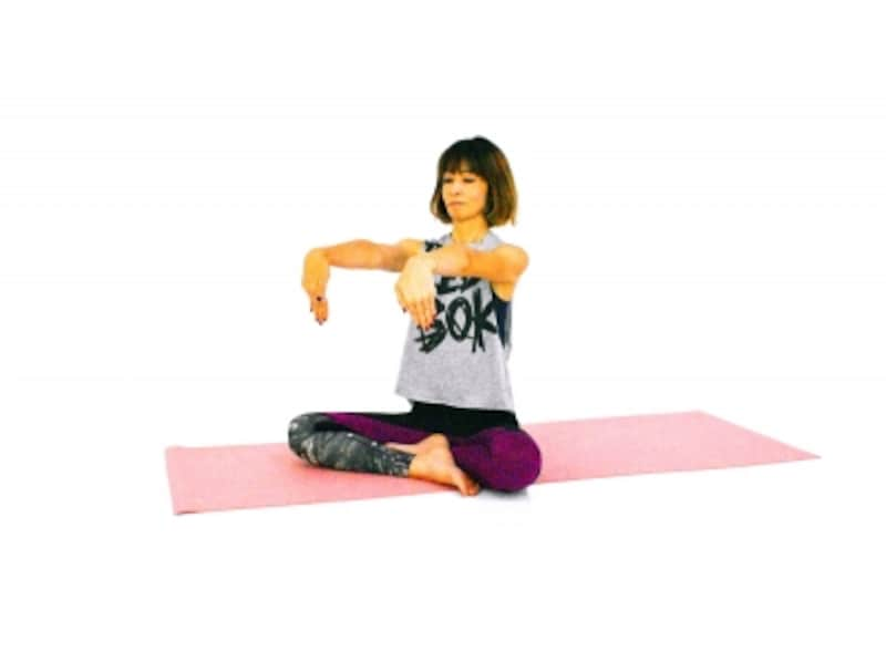 手首のパヴァナムクタ・アーサナ1undefined両手を肩の高さに伸ばし、指先を下にむけます