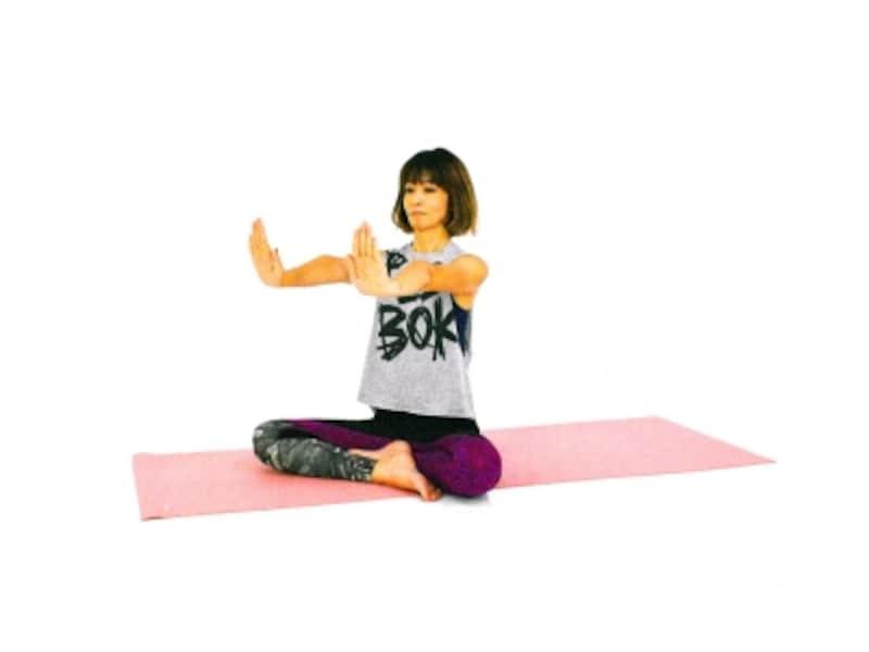 手首のパヴァナムクタ・アーサナ2undefined両手を肩の高さに伸ばし、指先を上にむけます