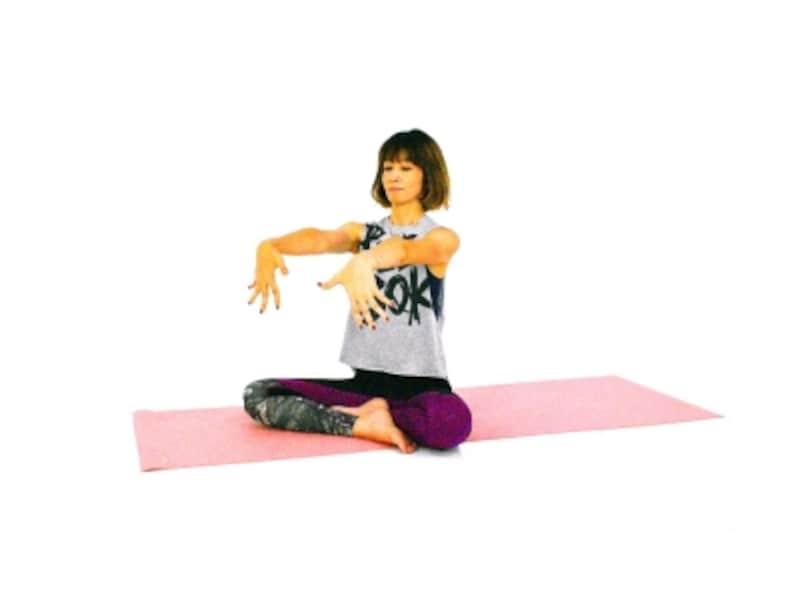 手首のパヴァナムクタ・アーサナ3undefined両手を肩の高さに伸ばし、指先を大きく開き下にむけます