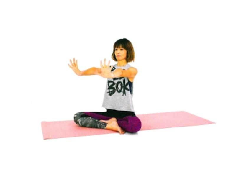 手首のパヴァナムクタ・アーサナ4undefined両手を肩の高さに伸ばし、指先を大きく開き、上にむけます